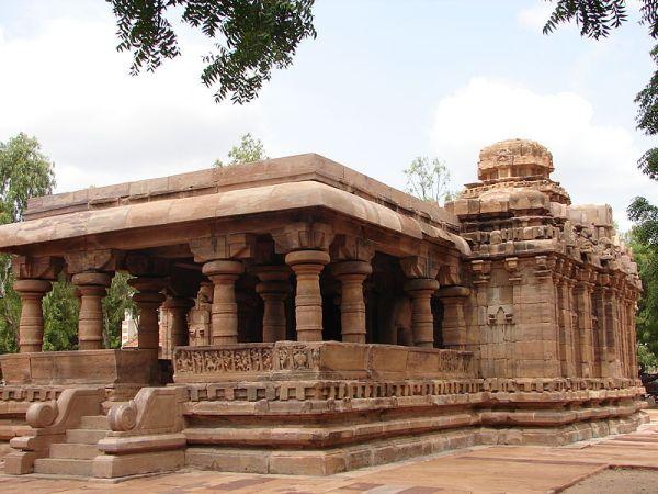 800px-Jain_Narayana_temple1_at_Pattadakal